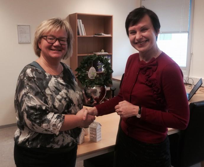 Daglig leder Tove Gulbrandsen ønsker Marina til lykke med sitt nyåpnede eiendomsmeglerkontor!